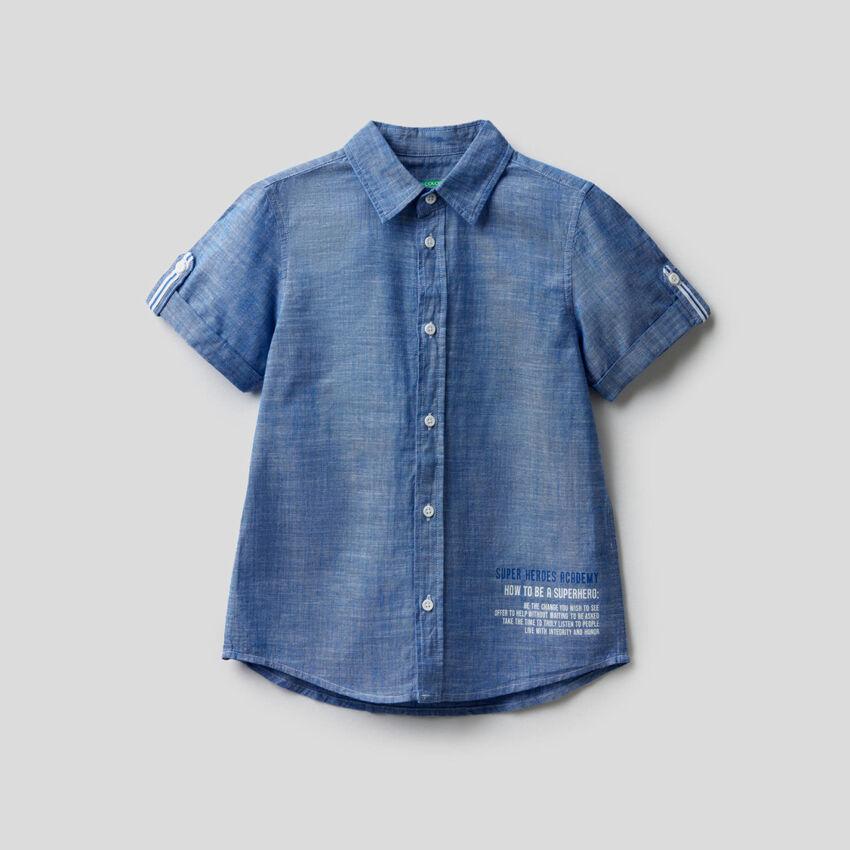 Camisa con manga enrollada