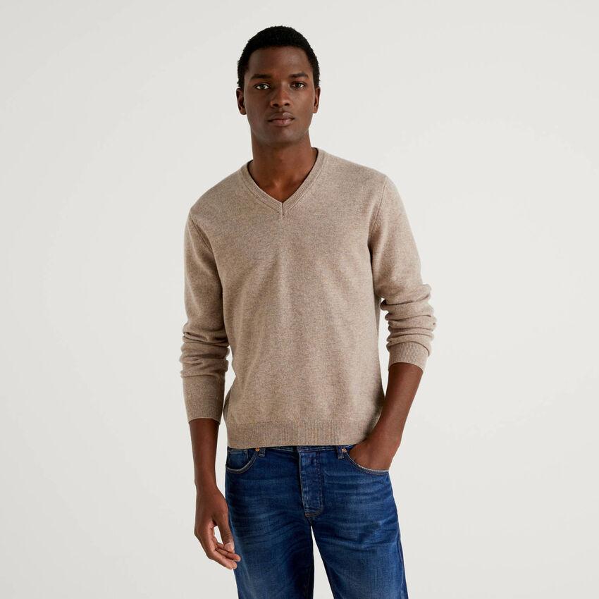 Jersey de pura lana virgen gris paloma con escote de pico