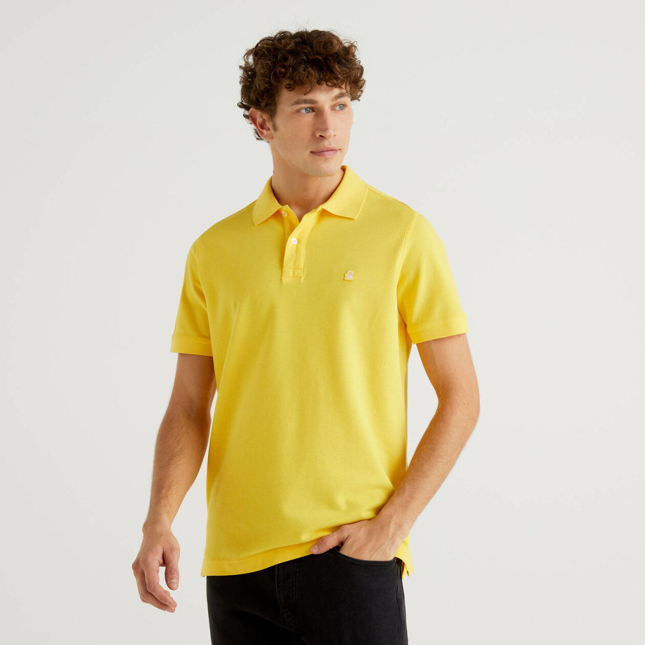 Polo regular fit amarillo