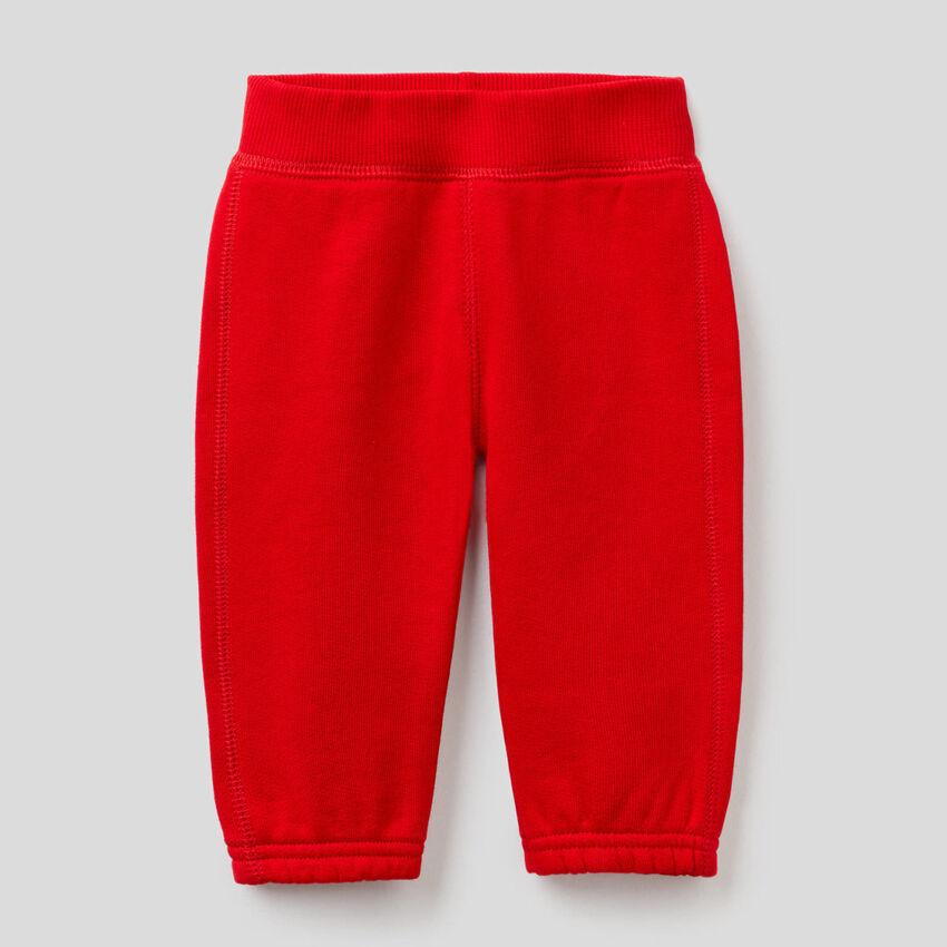 Pantalón de felpa con bordado en la parte trasera