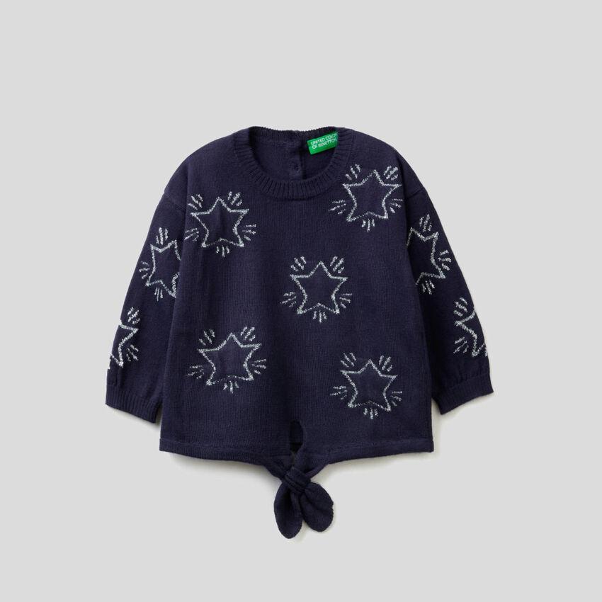 Jersey con estrellas grabadas y lazo