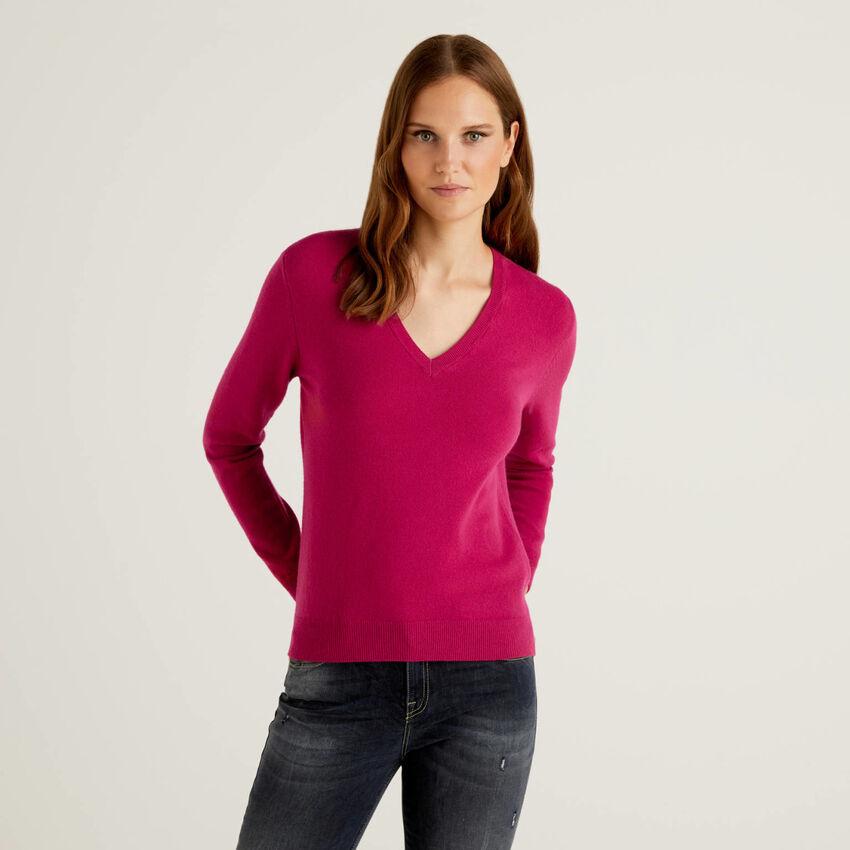 Jersey de pura lana virgen color ciclamen con escote de pico