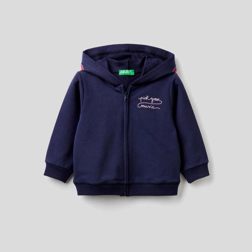 Sudadera azul oscuro con capucha