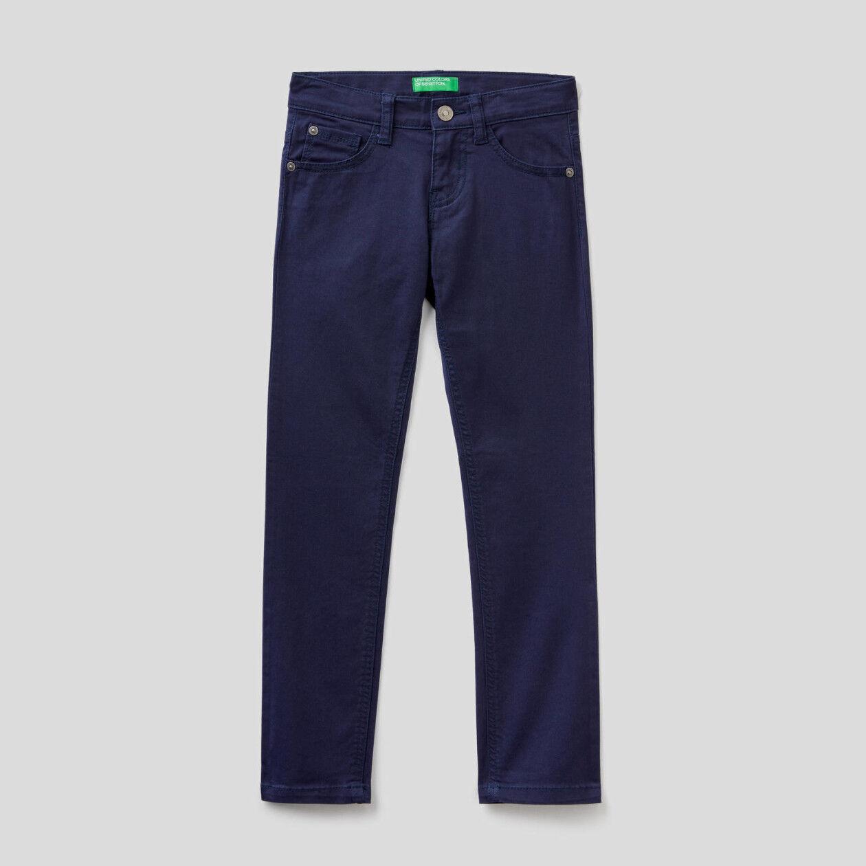 Pantalón ceñido con cinco bolsillos