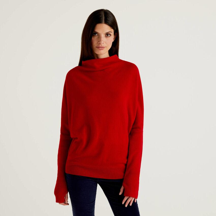 Jersey de cuello alto rojo con manga acanalada