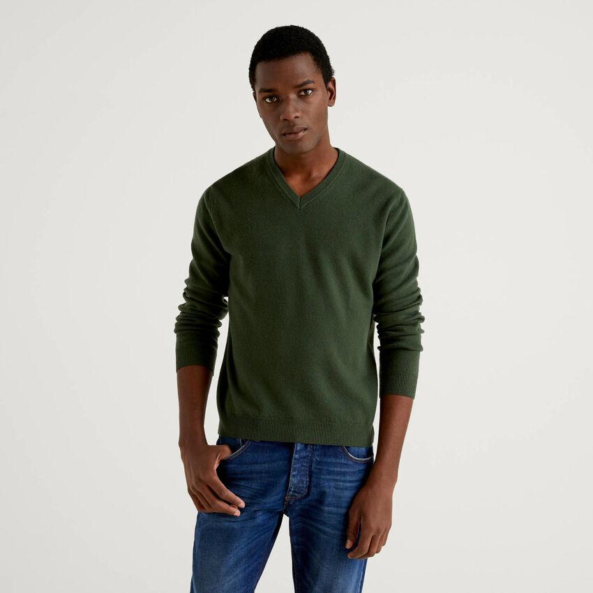 Jersey de pura lana virgen verde militar con escote de pico