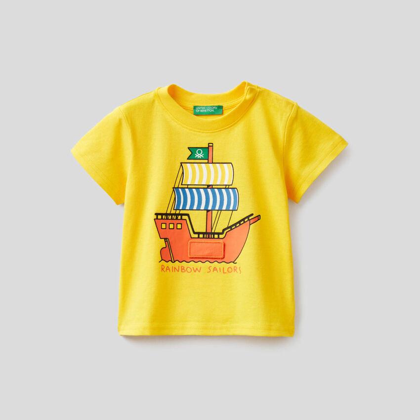 Camiseta amarilla con estampado de navío