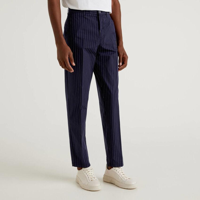 Pantalón de 100% algodón con raya diplomática