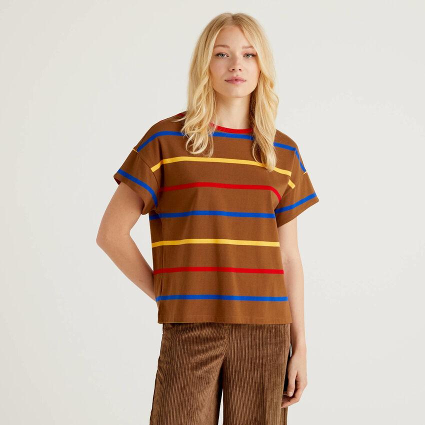 Camiseta de rayas con detalle en contraste