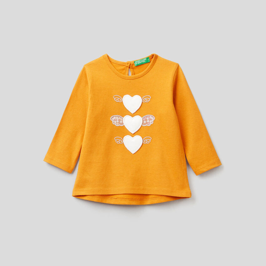Camiseta de algodón orgánico con aplicaciones