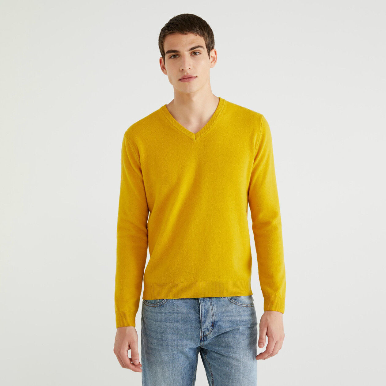 Jersey de 100 % lana virgen con escote de pico