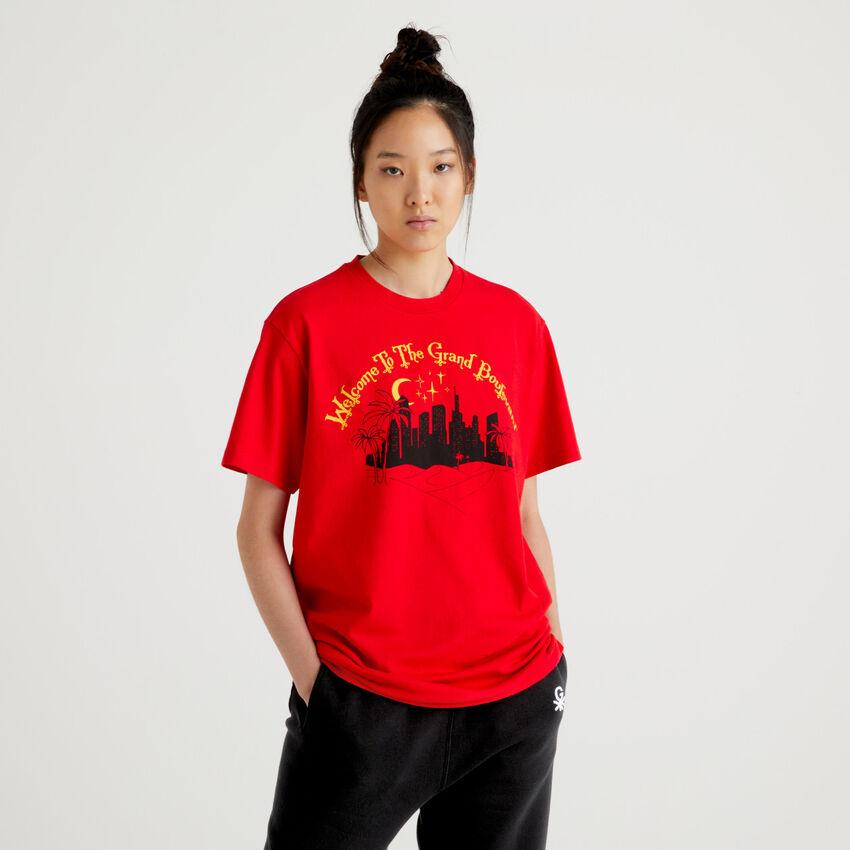Camiseta unisex roja by Ghali con estampado y bordado