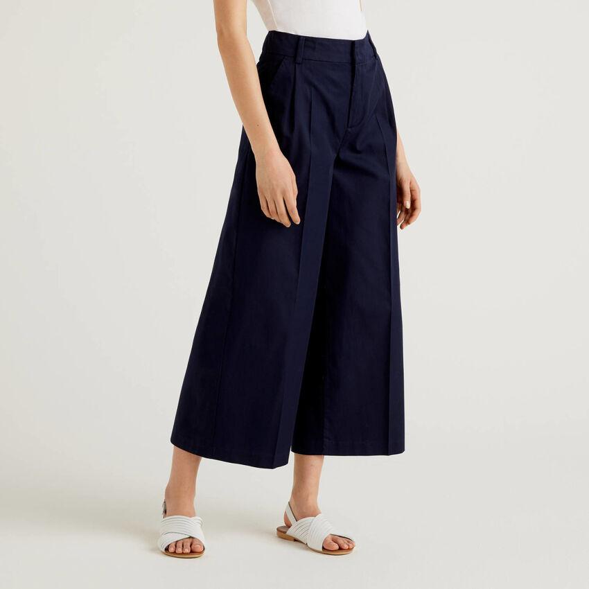 Pantalón de pernera amplia con pinzas