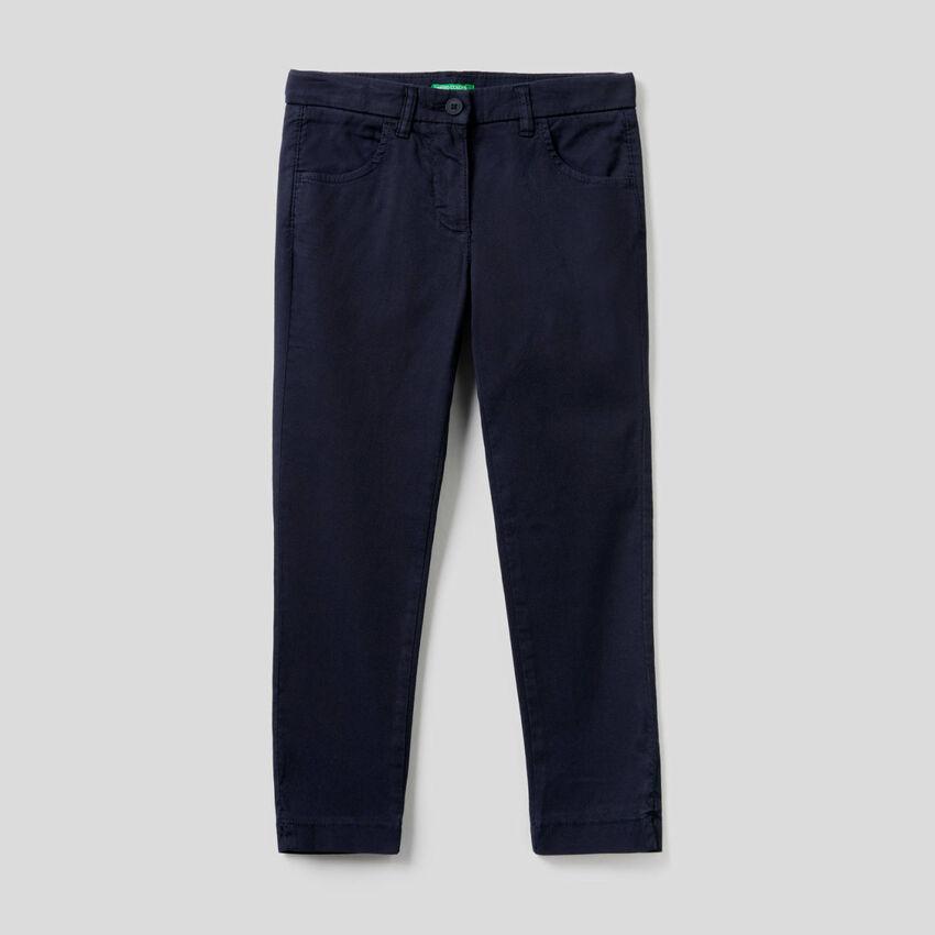 Pantalón de corte pitillo