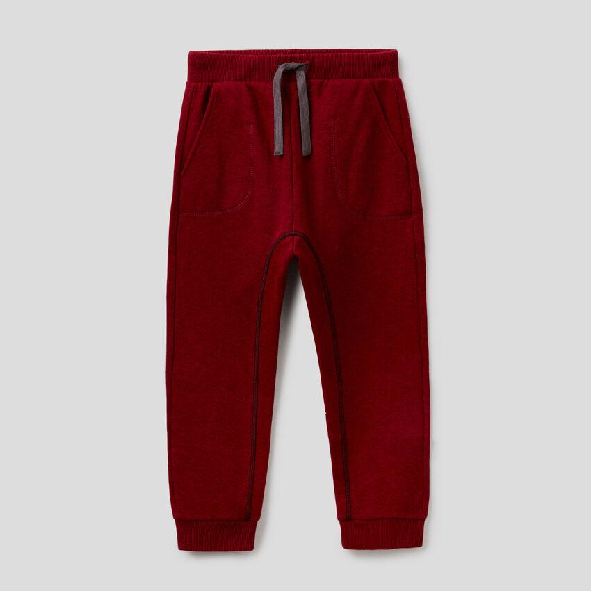Pantalón de felpa con costuras visibles