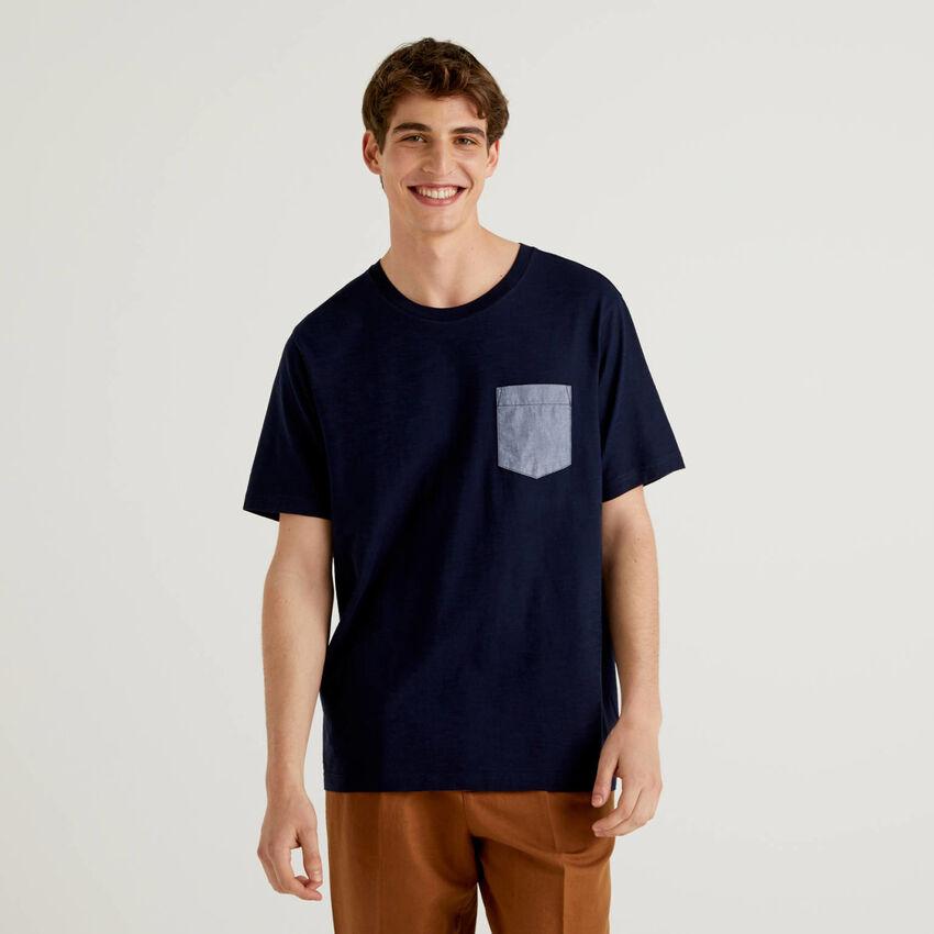 Camiseta con bolsillo en contraste