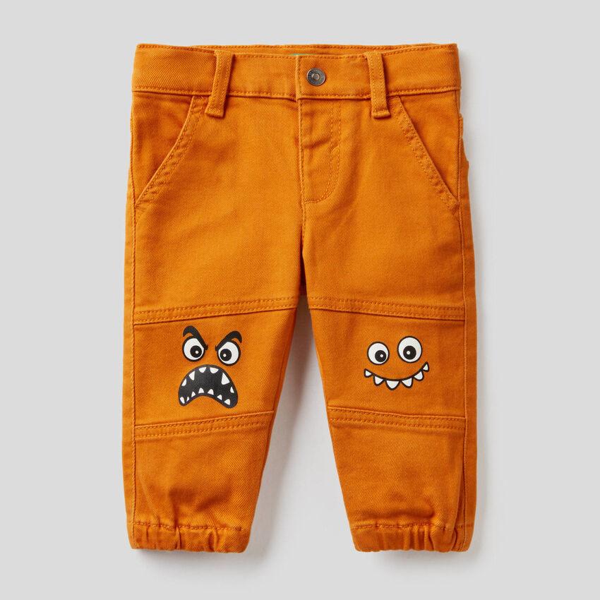 Pantalón con estampado de personajes
