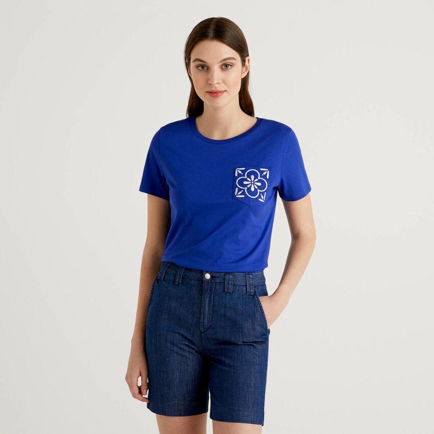 Camiseta con bolsillo bordado