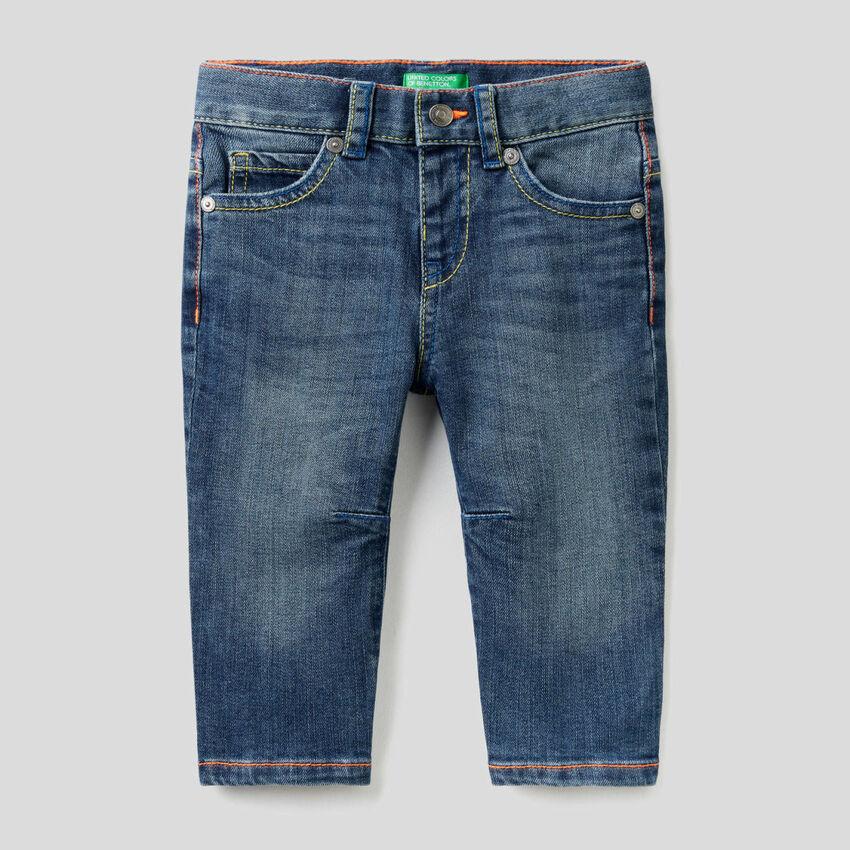 Pantalón de corte zanahoria con costuras flúor