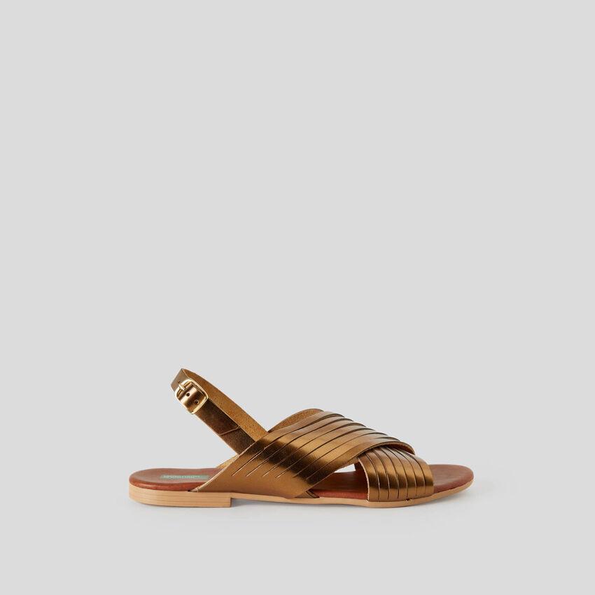 Sandalias planas cruzadas