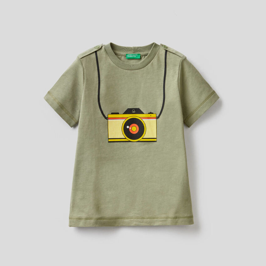 Camiseta verde con estampado de cámara fotográfica