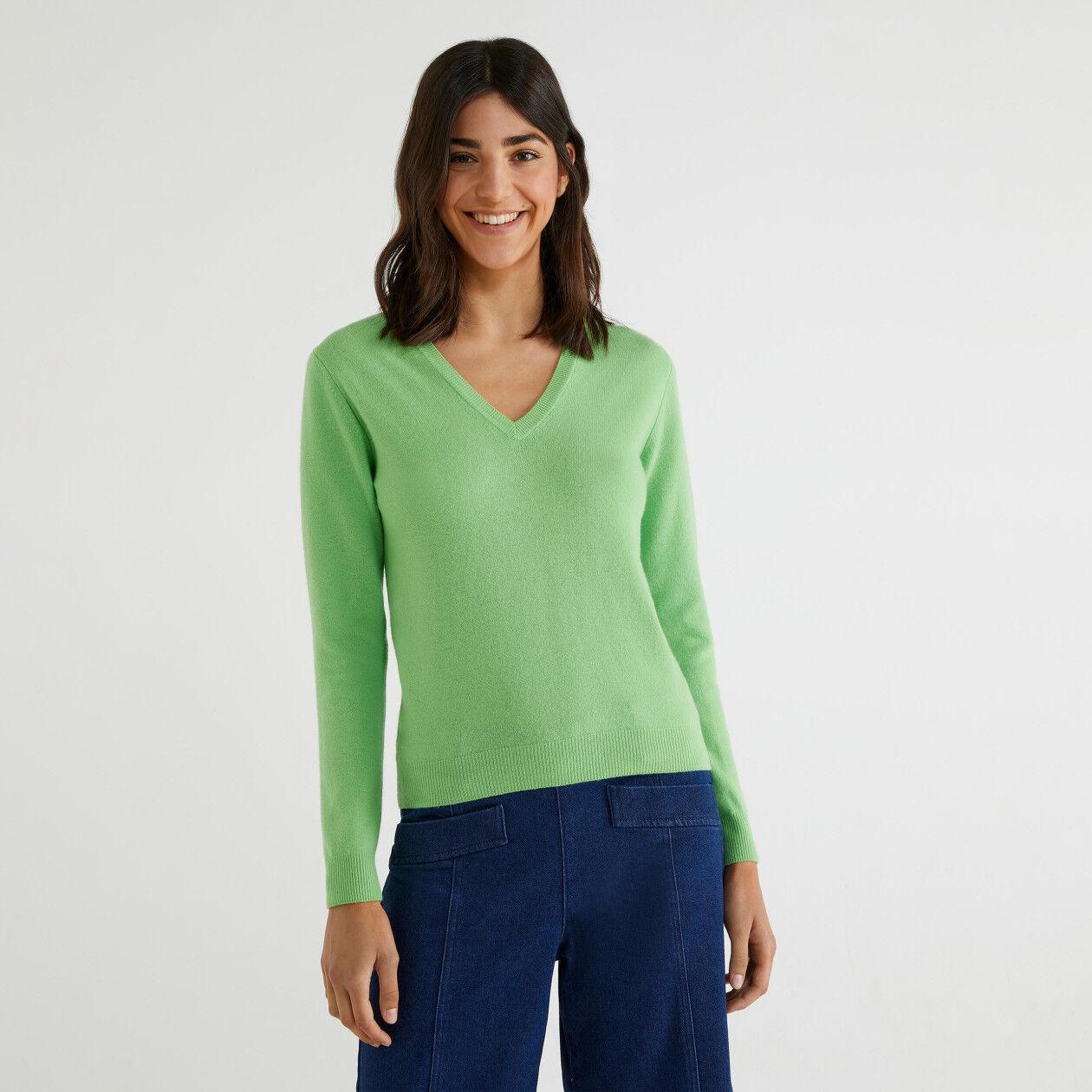 Jersey de 100% lana virgen con escote de pico