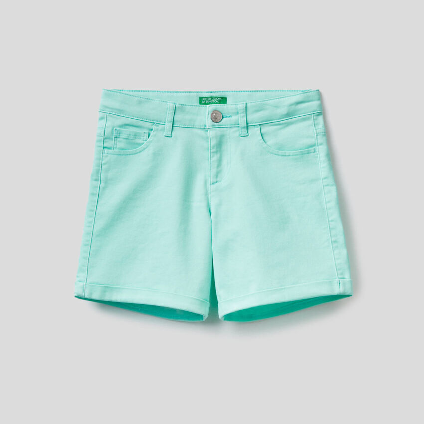 Pantalón corto liso con cinco bolsillos