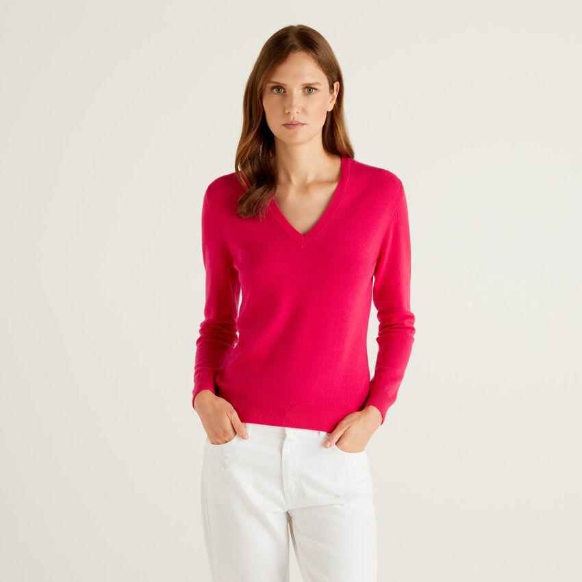 Jersey de pura lana fucsia con escote de pico