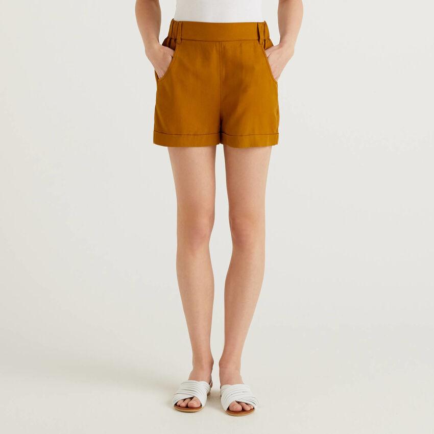Pantalón corto liso con vuelta